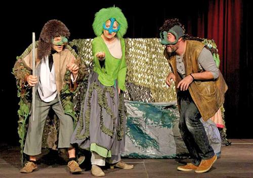 Szenenbild mit drei Personen
